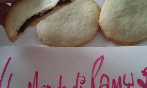 Biscotti ripieni di crema alle nocciole semplici, golosi
